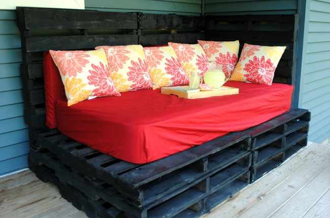 This inexpensive DIY outdoor pallet bed is easy to make and easy on your budget!