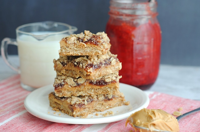 These homemade peanut butter & jelly bars are perfect for an easy on the go breakfast or yummy afternoon snack!