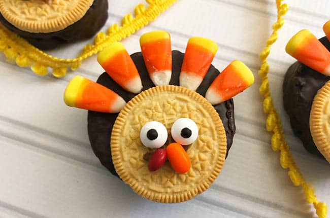 These No Bake Thanksgiving Turkey Treats are the perfect treat to make with the kids on Thanksgiving!